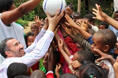 Een vrijwilliger van Projects Abroad speelt spelletjes met de kinderen op een sociaal project in Madagaskar