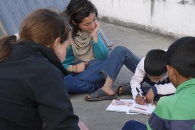 Projects Abroad vrijwilligers op het HIV/aids project in Nepal doen leuke educatieve activiteiten met de kinderen in een opvangcentrum