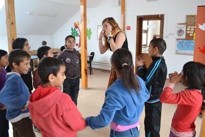VProjects Abroad vrijwilliger speelt interactieve spelletjes met de kinderen op een sociaal project in Roemenië