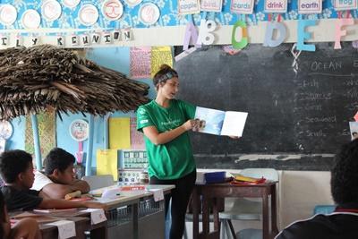 Geef de kinderen op Samoa leesles tijdens het Sociaal project.