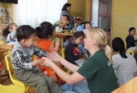 Help bij de dagelijkse zorgtaken in een kinderdagopvang in Mongolië tijdens sociaal vrijwilligerswerk.