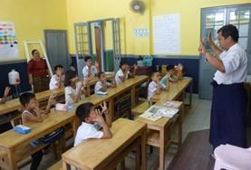Organiseer educatieve activiteiten tijdens sociaal vrijwilligerswerk met kinderen in Myanmar.
