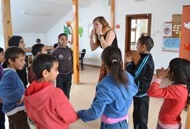 Speel educatieve spelletjes met kinderen tijdens een sociaal project in Roemenië.