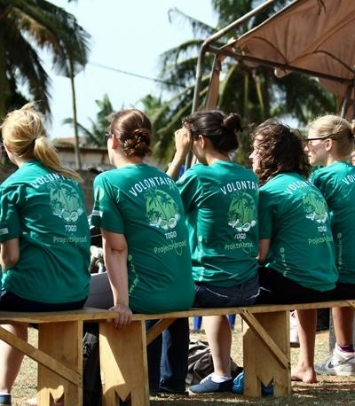 Projects Abroad vrijwilligers tijdens een outreach om bewustwording te creëren rond HIV/Aids in Togo