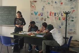 Vrijwilligerswerk met vluchtelingen is onder andere gericht op het geven van taallessen en administratieve ondersteuning.
