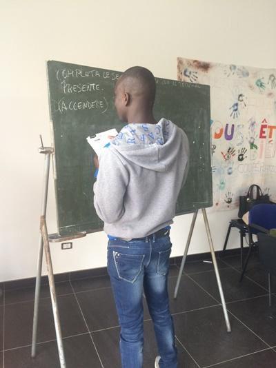 Een vluchteling krijgt les in een klaslokaal in Italië