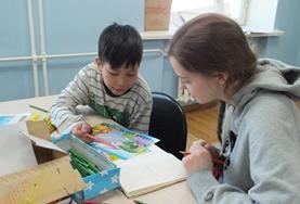 Help moeilijk lerende kinderen in hun leerproces tijdens een stage sociaal werk in Mongolië.