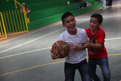 Lokale kinderen in Belize nemen deel aan de sportactiviteiten, georganiseerd door vrijwilligers, tijdens de zomervakantie.