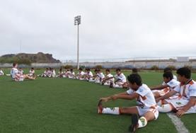 Een sport vrijwilliger in Ecuador geef voetballessen aan kinderen.