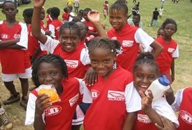 Werk samen met de lokale scholieren tijdens gymles vrijwilligerswerk in het buitenland.