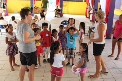 Project Abroad vrijwilligers geven gymles aan verschillende schoolklassen in Belize.