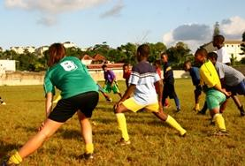 Rekken en strekken hoort ook bij de gymlessen die je geeft tijdens dit vrijwilligerswerk project in Jamaica.