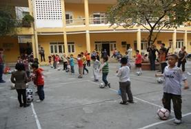 Help als vrijwilliger bij het geven van de gymlessen op scholen in Vietnam.