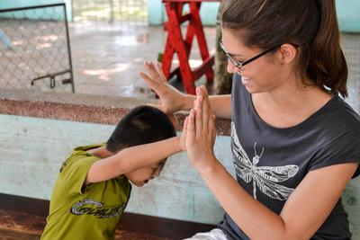 Student ergotherapie werkt met een kind bij een Projects Abroad project in Azië.