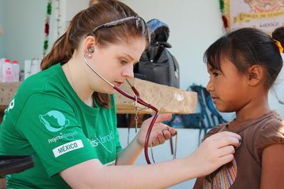 Projects Abroad student in Midden-Amerika meet de hartslag van een kind in Mexico.