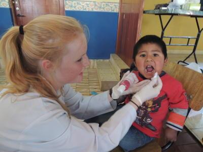 Als stagiair op een tandheelkunde project kun je ervaring opdoen door de lokale tandartsen te assisteren bij behandelingen in de gemeenschap.