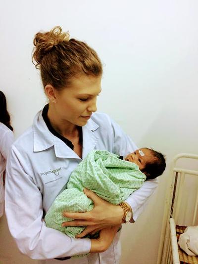 Tijdens een stage in de verloskunde in het buitenland help je lokale verloskundigen bij bevallingen.