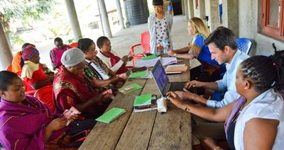 Projects Abroad vrijwilligers helpen bij microkrediet project in Tanzania