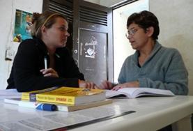 Een lokale onderwijzer leert jou Spaans tijdens een taalcursus in Costa Rica.