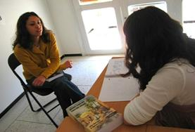 Een vrijwilliger verbetert haar Engels tijdens een taalcursus Engels in Zuid-Afrika.