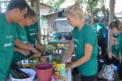 Tijdens de twintigersreis naar de Filippijnen geef je bijvoorbeeld voorlichting over gezonde voeding.