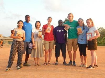Tijdens de twintigersreis naar Ghana geef je onder andere leesles aan lokale voetballers