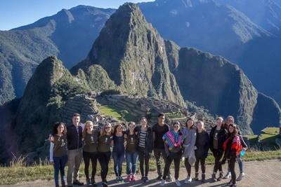 Je brengt samen met de groep internationale vrijwilligers een bezoek aan Machu Picchu.