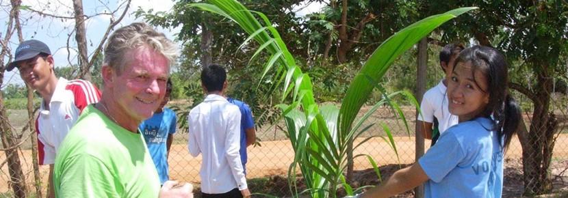 Een groep vrijwilligers werkt samen tijdens de volwassenenreis op een Sociaal & Samenlevingsproject