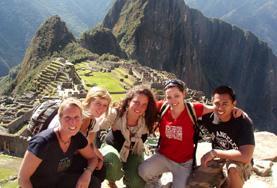 Een groep doet vrijwilligerswerk op het archeologie project in Peru.