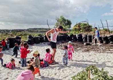 Vrijwilliger met lokale kinderen op het bouwproject