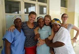 Een vrijwilliger van een groepsreis werkt samen met lokale verpleegkundigen in Tanzania.