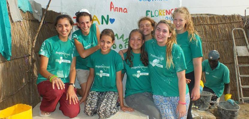 Vrijwilligers samen op het bouwproject in Senegal