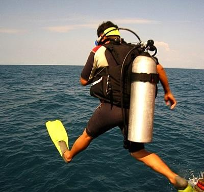 Vrijwilliger duikt het water in