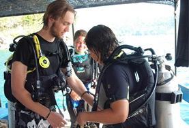 Een vrijwilliger van de natuurbehoud groepsreis krijgt instructies over duiken in Cambodja.