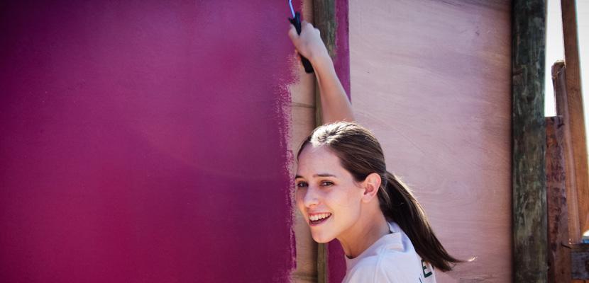 Vrijwilliger aan het schilderen op het bouwproject