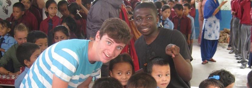 Vrijwilliger samen met de kinderen op het project