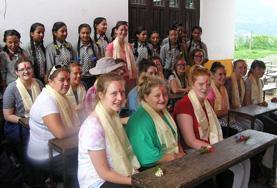 Een groep vrijwilligers in Sri Lanka bezoekt een school.