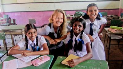 Vrijwilliger ondersteunt het lesgeefproject